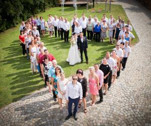 Družičky a svatební hosté